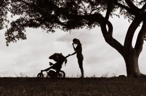 אמא בוכה בעגלה אחרי המשבר אחרי לידה