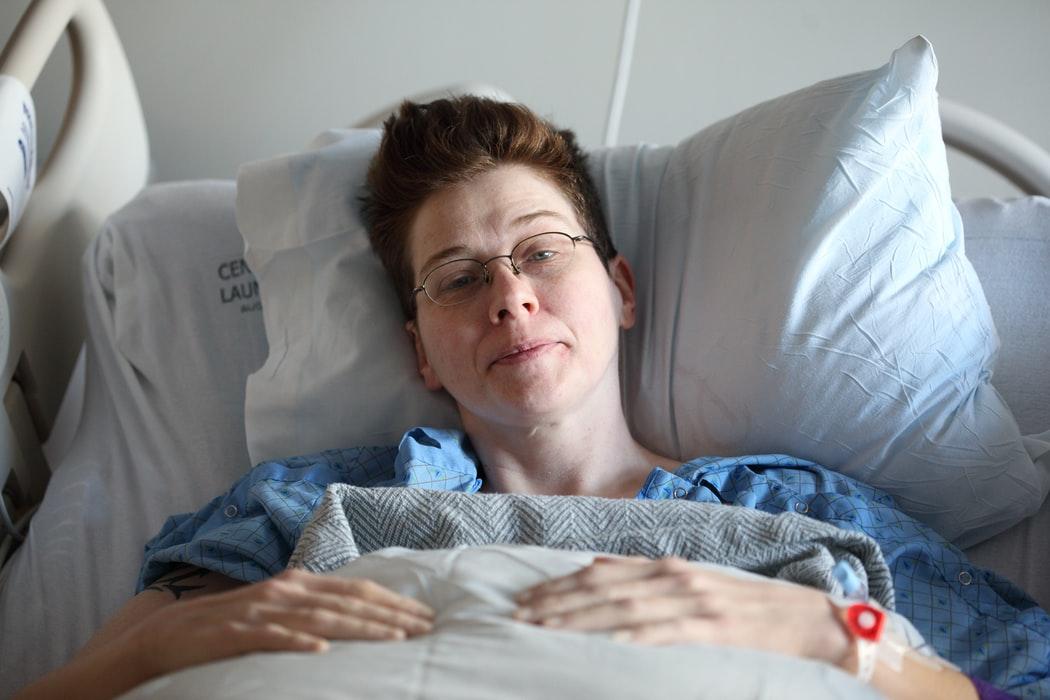 אישה יולדת מובלת פסיבית נחדרת לידה