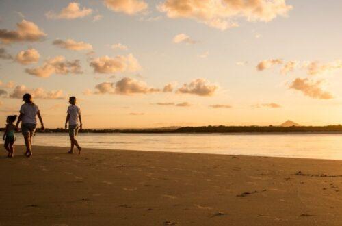 זוג עם בת יחידה בים בשקיעה