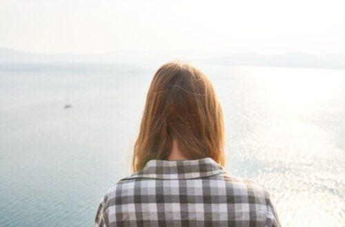עצב ובכי אחרי לידה אישה בים