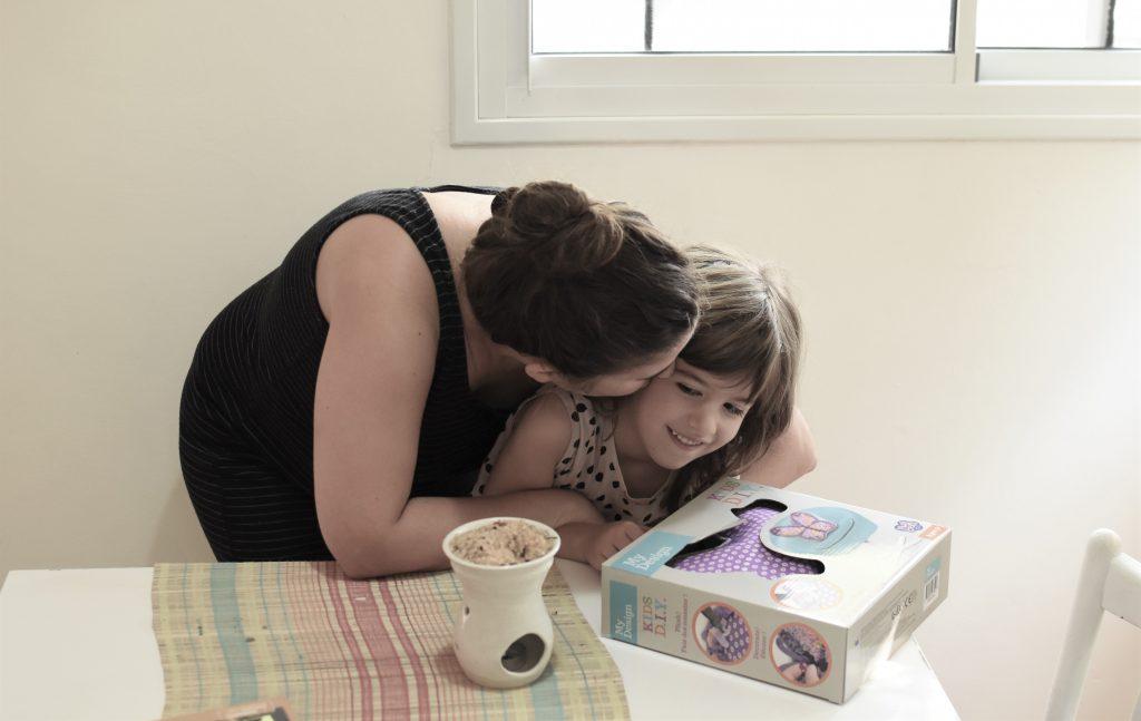 מתנת יום הולדת ילדה ואמא