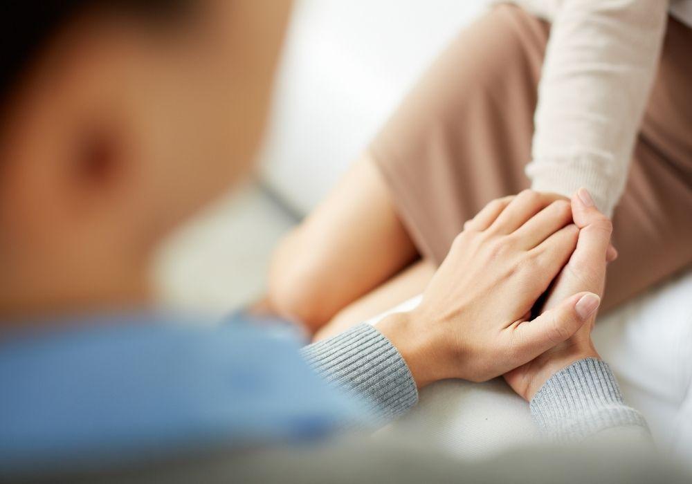 לעזור לאישה אחרי לידה, עזרה ליולדת