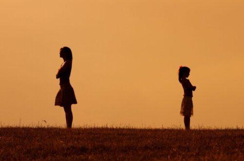 קןנפליקט מאבק אמא ילד ילדה התנהגות של הילדים
