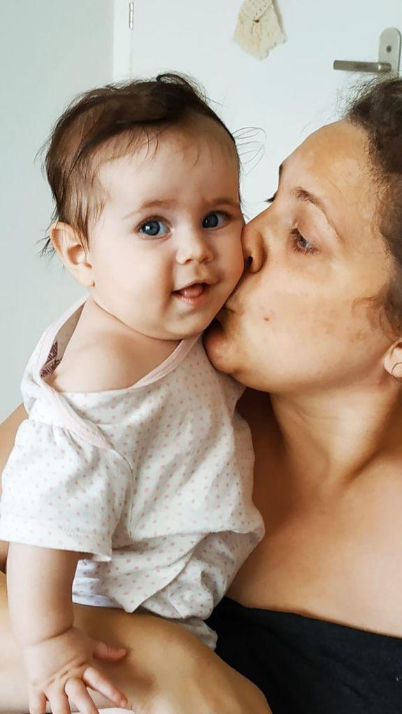 אמא מנשקת תינוקת אהבה