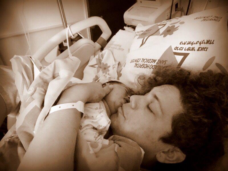 אמא אוהבת מחבקת תינוקת אחרי לידה בבית חולים אמהות אוהבות